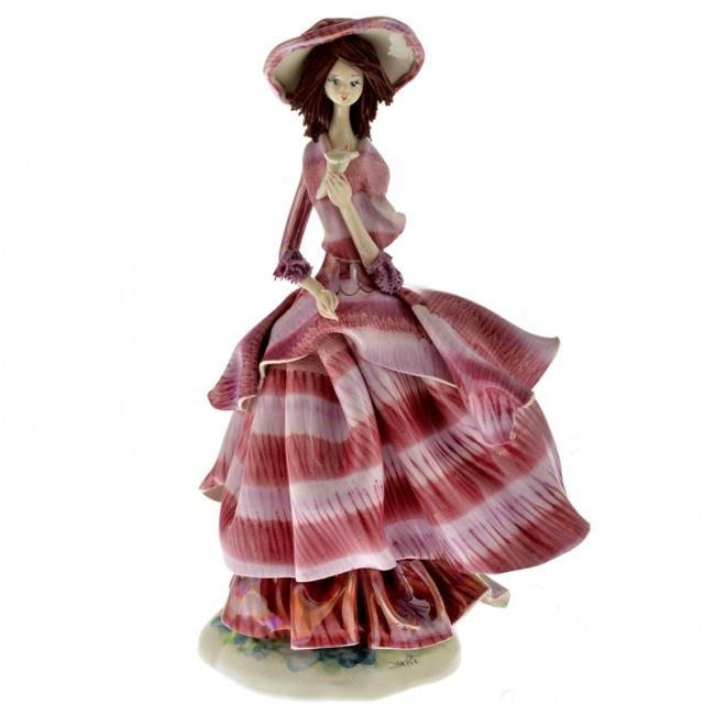 Фарфоровая статуэтка Дама в сиреневом платье с цветком