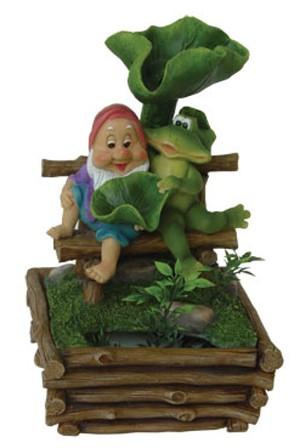 Фонтан с помпой Гном с лягушкой на скамейке в саду