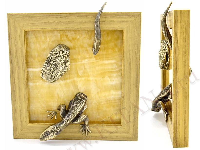 Картина из оникса Ящерица с камнем