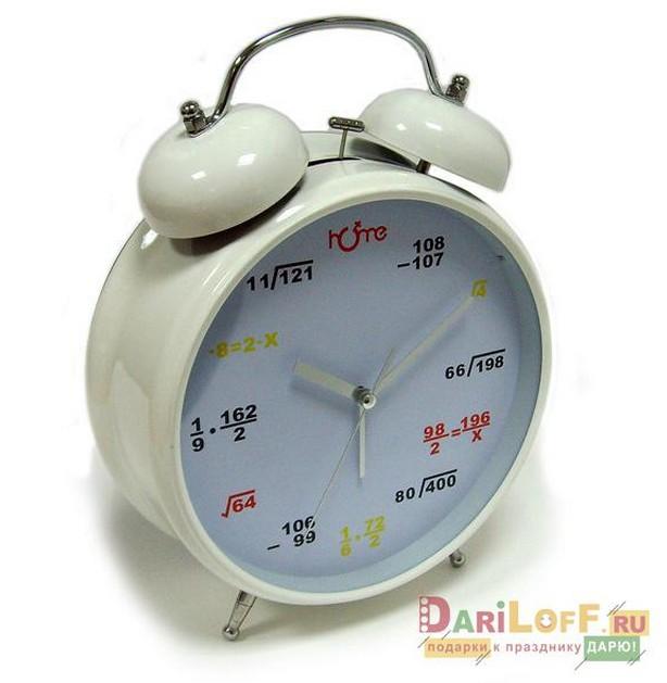 Большие белые часы-будильник с формулами на циферблате