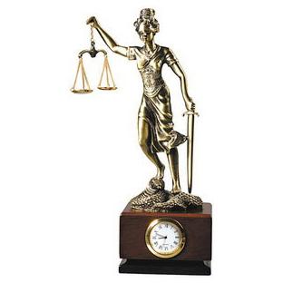 Часы «Фемида» на деревянной подставке