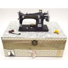 Деревянная шкатулка для рукоделия со швейной машинкой