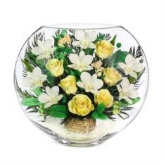 Цветочная композиция в стекле из роз и орхидей