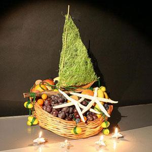 Корзина с фруктами и цветами «Юный путешественник»
