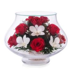 Цветочная композиция из красных роз и орхидей