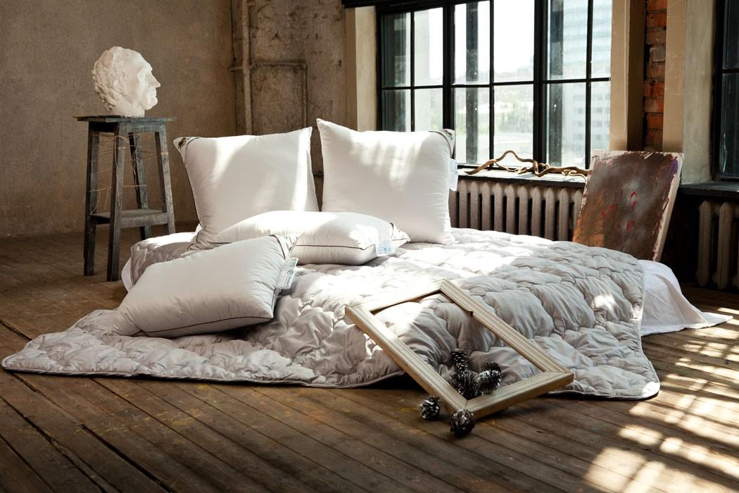 Кровать с подушкой и одеялом