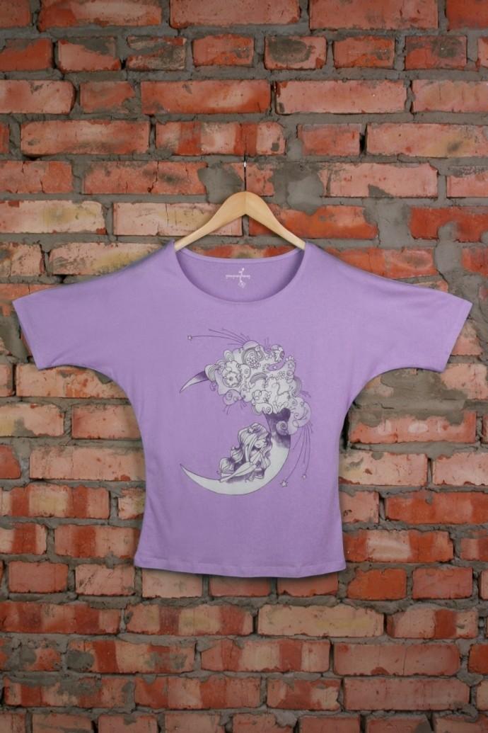 Женская футболка с рисунком Девочка на месяце фиолетовая