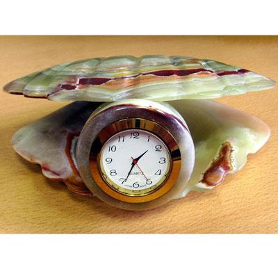 Ракушка из оникса с часами