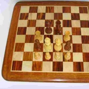 Шахматная деревянная доска без шахматных фигур