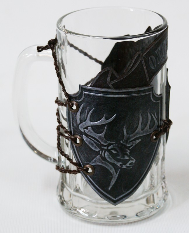 Кружка пивная стеклянная с кожаным декором Охотнику