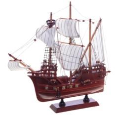Декоративный корабль с белыми парусами