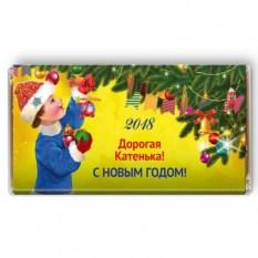 Шоколадная открытка Мальчик наряжает елку