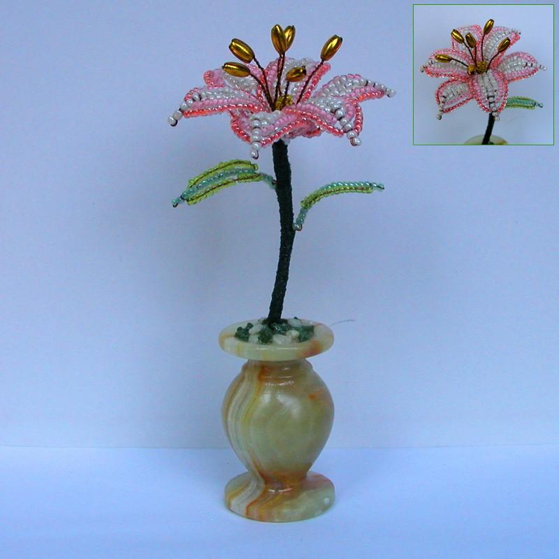 Кремовая лилия из бисера в вазочке из оникса