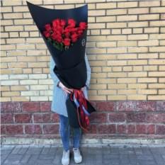 Букет из 25 длинных метровых роз в крафтовой бумаге