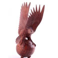 Скульптура Орел на глобусе
