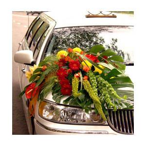 Композиция из цветов на машину