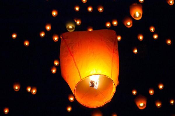 Красный небесный фонарик С Праздником!