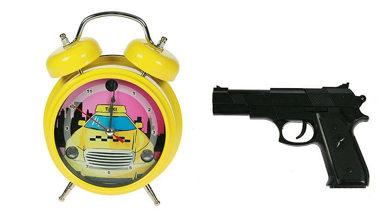 Желтые часы-будильник Меткое пробуждение с пистолетом