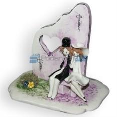 Фарфоровая статуэтка Пара, сидящая у розовой стены