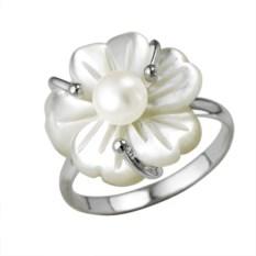 Серебряное кольцо с цветком из перламутра и жемчужиной