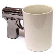 Белая кружка с посеребренной ручкой Пистолет