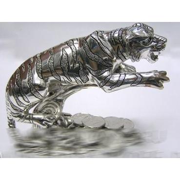 Тигр на ветке