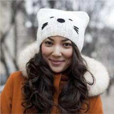 Вязаная шапка Белый котик