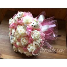 Розовый букет из мишек и кремовых роз