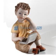 Фарфоровая статуэтка Мальчик с компьютером от Sibania