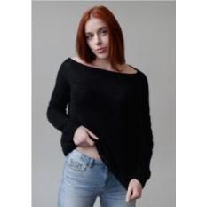 Широкий черный свитер Косы