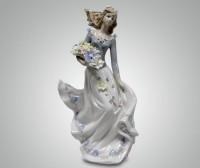 Фарфоровая статуэтка ''Девушка с цветами''