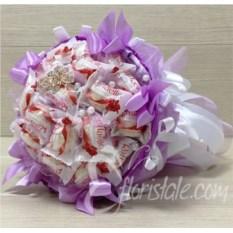 Фиолетовый букет из 21-ой конфеты Раффаелло с бантиками