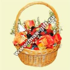 Корзина с фруктами и цветами Ягодная поляна