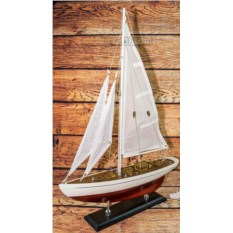Деревянная модель яхты с белым парусом