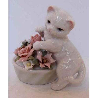 Котенок с вазой цветов  (выс. 7.6 см.)