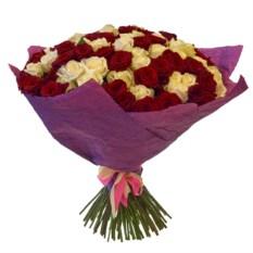 Букет из 101 розы Микс (РФ) высотой 50 см в крафте