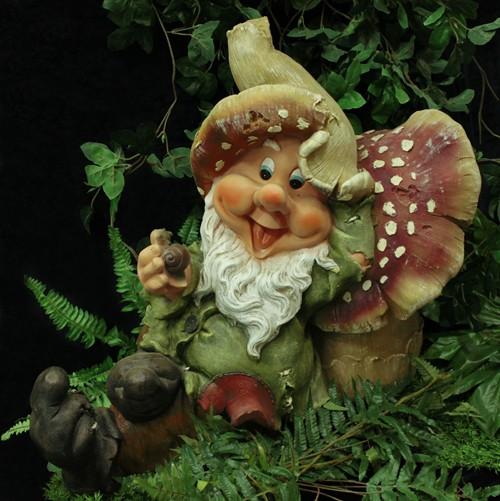 Садовая фигурка Гномик отдыхает, облокотившись на гриб