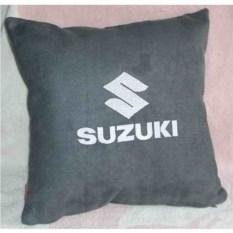 Темно-серая подушка с белой вышивкой Suzuki