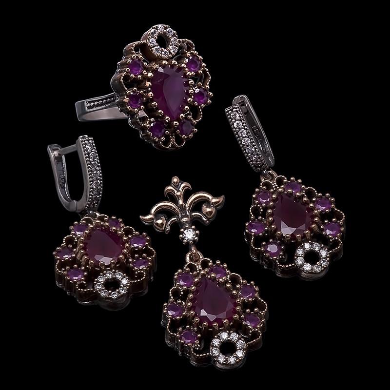 Комплект с цирконами и рубинами (серьги.кольцо,кулон)
