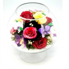 Композиция из живых цветов в стекле розы и орхидеи