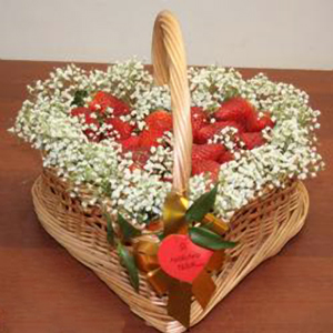 Корзина с фруктами «Клубника со сливками»