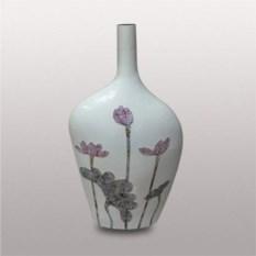 Белая ваза из керамики с цветами
