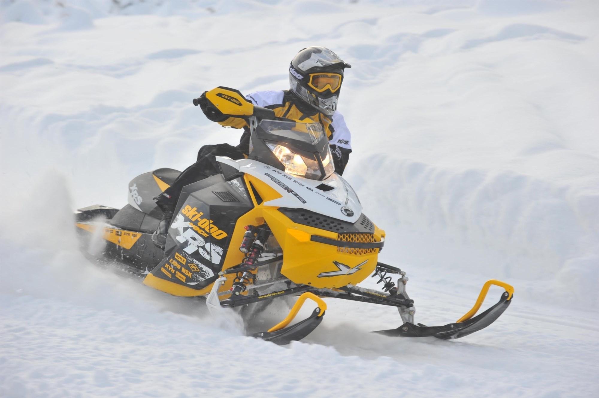 Катание на двух 1-местных снегоходах для двоих (30 минут)