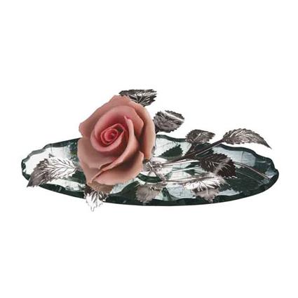 Роза на зеркальной подставке