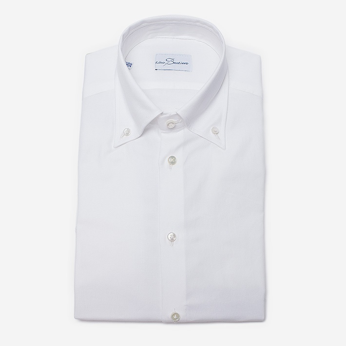 Белая рубашка с воротником на пуговицах