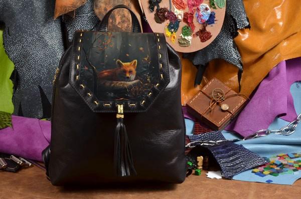 Женский черный кожаный рюкзак Лиса в осеннем лесу