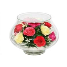 Композиция из роз в вазе