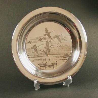 Серебряная тарелка «Утки на озере»