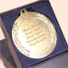 Медаль с именной гравировкой в подарочной коробке