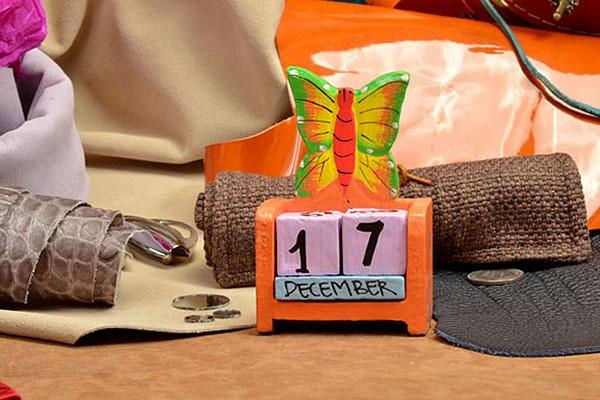 Деревянный настольный календарь с кубиками Бабочка